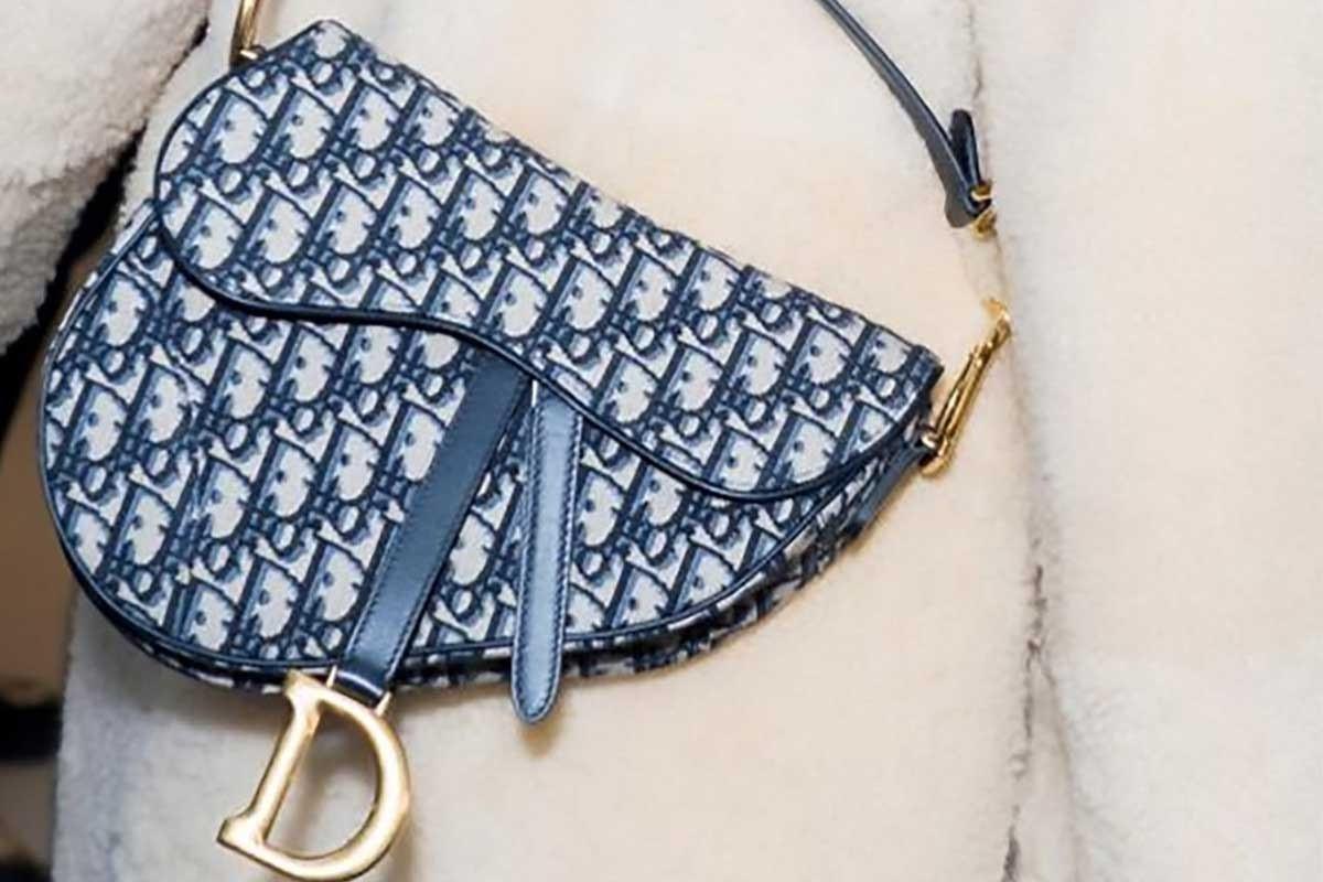 Túi Dior yên ngựa: Sự trở lại ngoạn mục của một huyền thoại