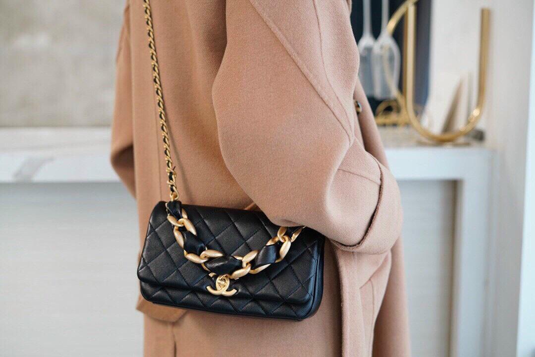 Gợi ý cách phối đồ với túi đeo chéo nữ hàng hiệu da thật