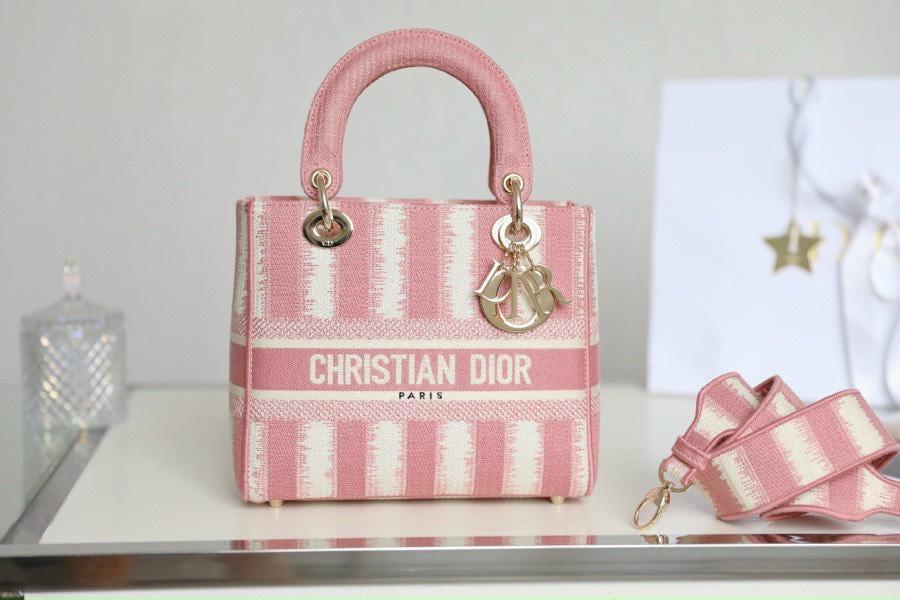 Điểm danh 3 mẫu túi Dior thổ cẩm khiến nàng ngất ngây