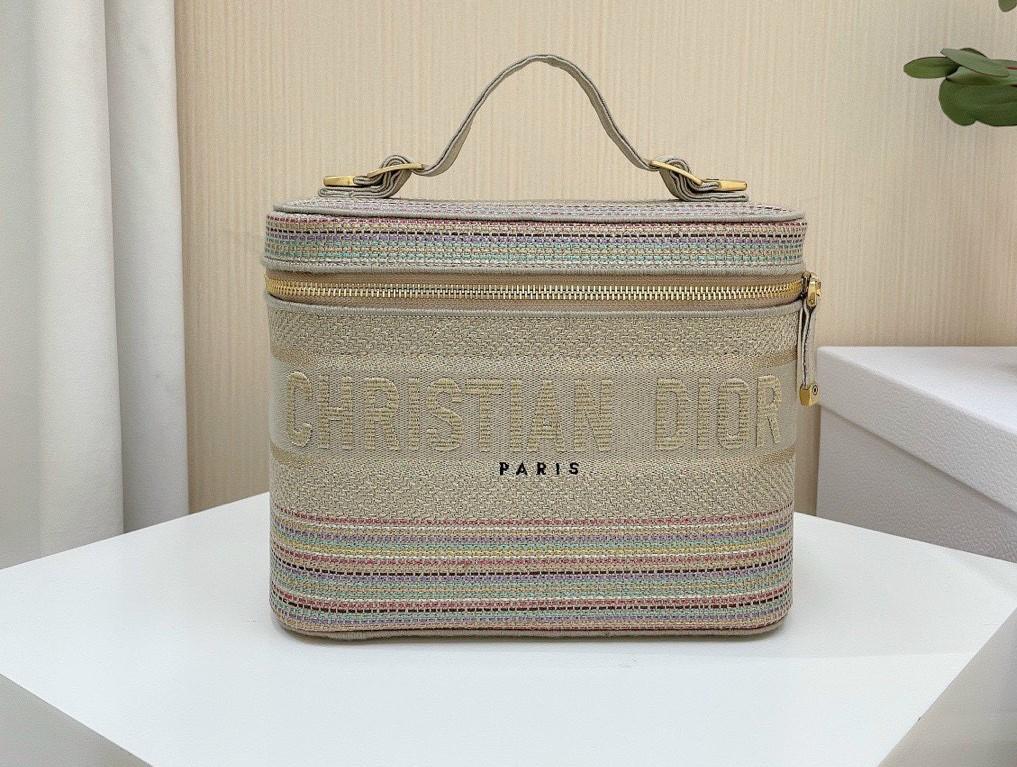 Túi Christian Dior giá bao nhiêu?