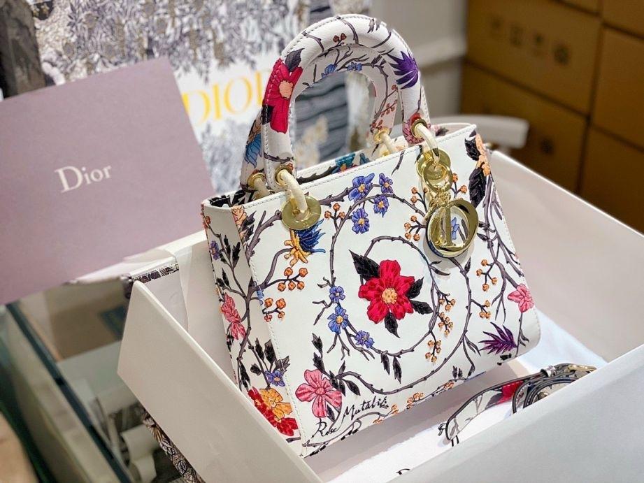 Túi Dior trắng: Vẻ đẹp tinh khôi làm nàng phải say mê