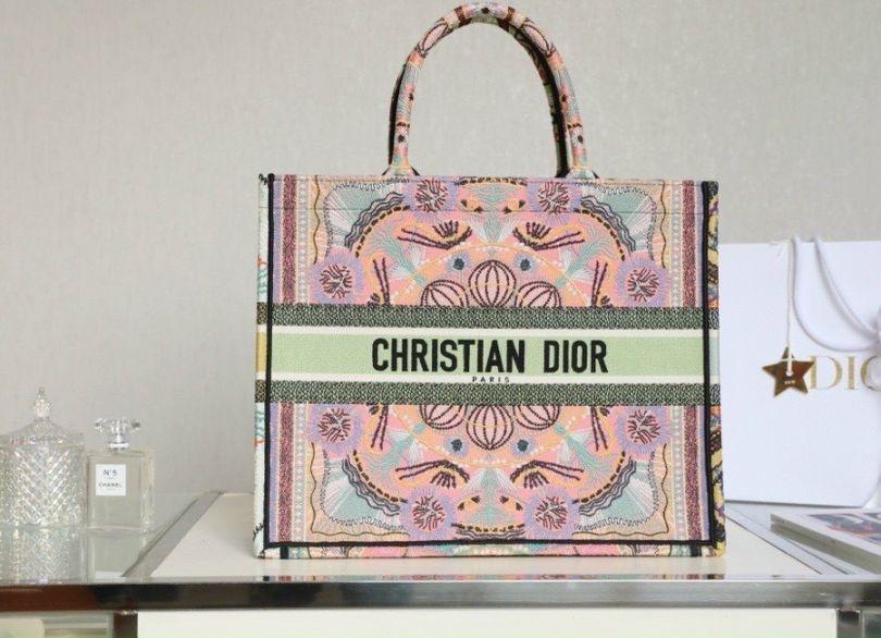 Túi Tote Dior bản to: Item chứa cả thế giới cho quý cô công sở